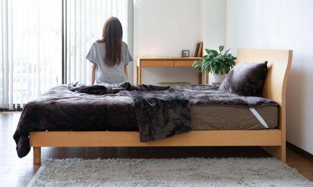 ベッドと壁の間は人が1人通れるくらいのスペースがあるとベストですが、最低でも10cmは離しましょう