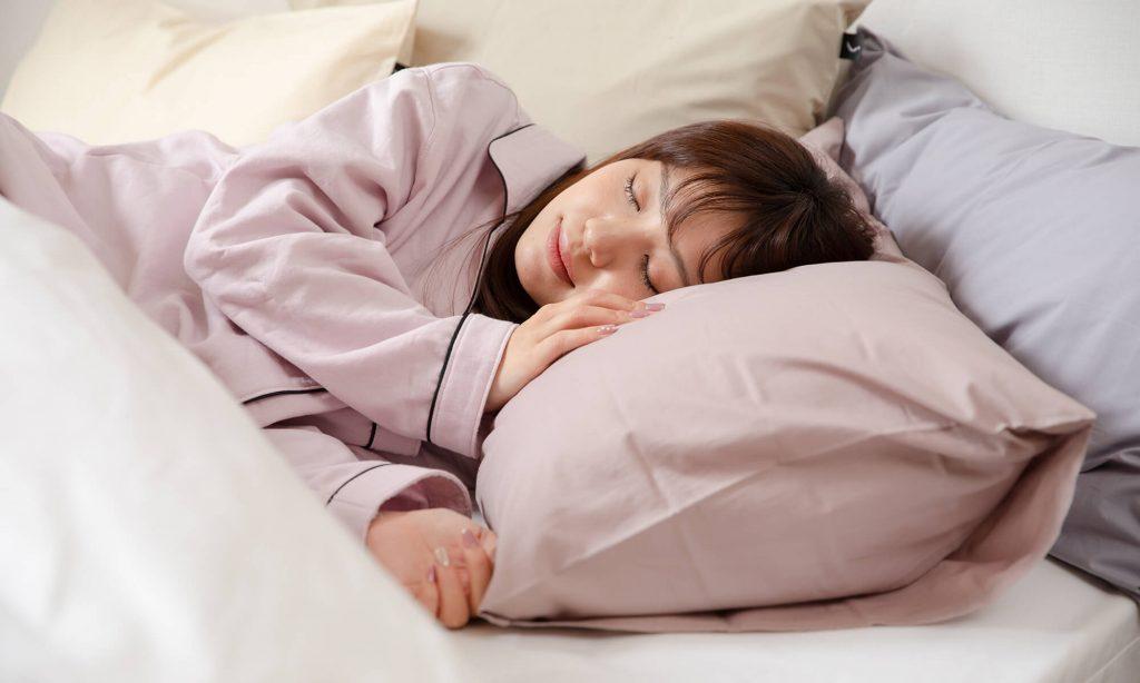 枕を選ぶ際、横向きで寝た時にどこにも圧迫感がないことは重要なポイント