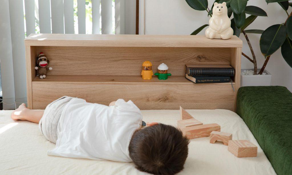 サイドレールに取り付け可能な収納機能抜群の棚付きタイプのファミリーベッドは便利なだけでなく棚が横の壁になってくれるので、お子様が寝返りをうってもベッドから落ちる心配がなく安全