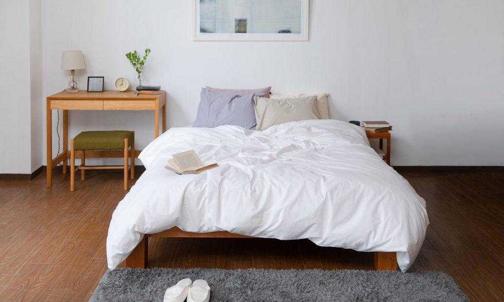 ベッドを中央に配置することでスタイリッシュに見せることができ、掃除もしやすくなる