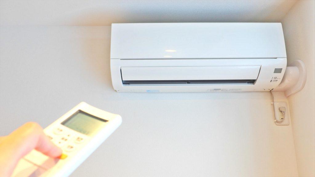 長時間エアコンの冷風に当たり続けるのは体によくないため、風邪が直接あたる場所にベッドを置くのは避けるのが無難
