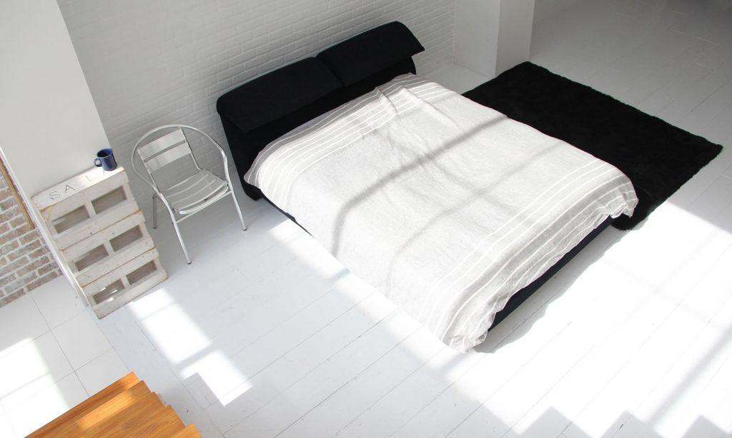 ある程度の広さがあるワンルームなら、あえて部屋の真ん中にベッドを置いて、ホテルのようなおしゃれな空間をつくるのもよい