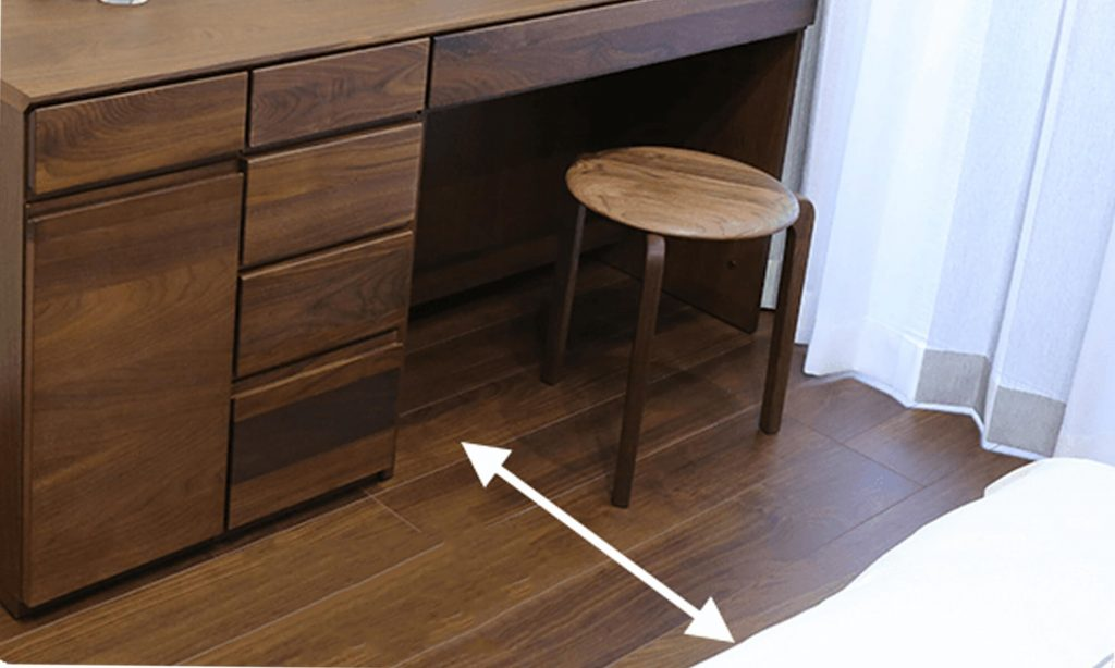 ベッドと机やドレッサーの間は、椅子を引くため70cm、さらにその後ろを人が通るなら、110cmは確保しましょう