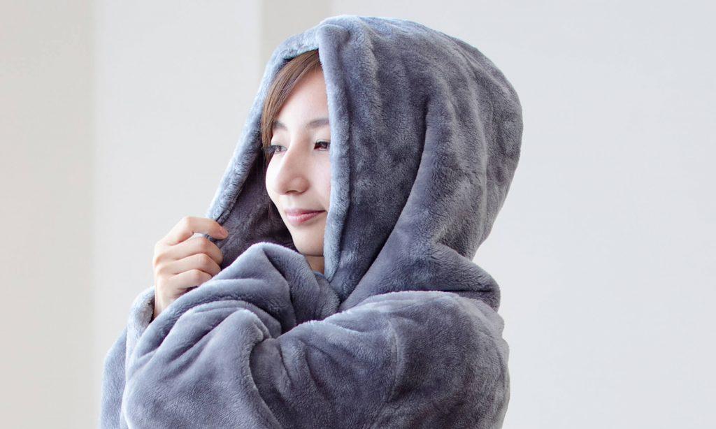 暖かさをキープしたい人には、首や顔まわりを覆うフードがついているタイプやハイネックのデザインの着る毛布がおすすめ