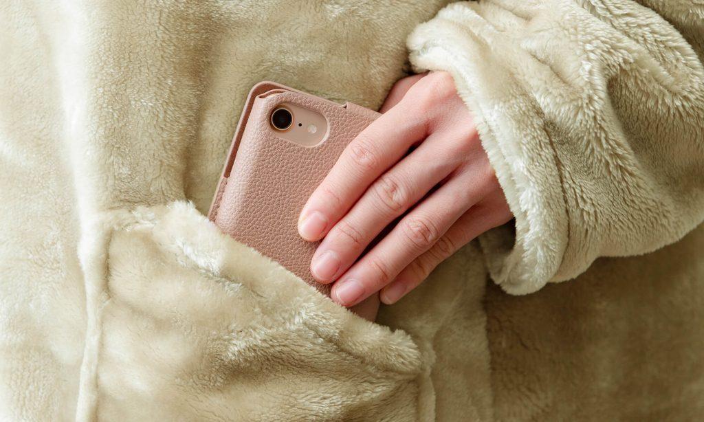 スマートフォンや文房具イヤホンなど普段よく使う小物を常に持ち歩きたい人はポケットのあるタイプの着る毛布がおすすめ
