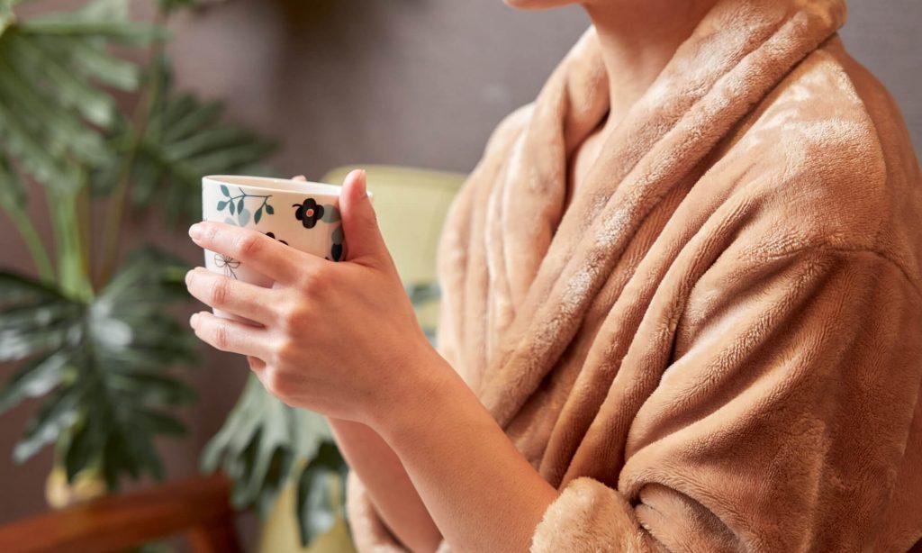 左右の身頃を重ねて腰ひもを前で結んで着るガウンタイプの着る毛布。