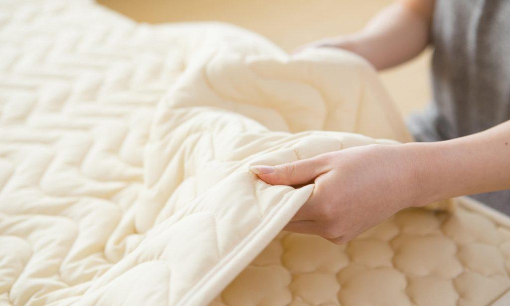 ベッドパッドを見直す際は体温調節機能があるものや肌触りが良いものを選ぶとよい。