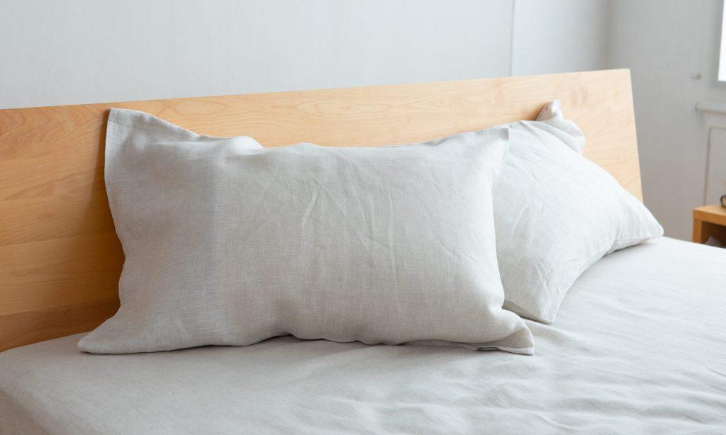 枕を清潔に保つには、枕カバーを使用することで枕本体に汗や汚れがしみ込みにくくなります。
