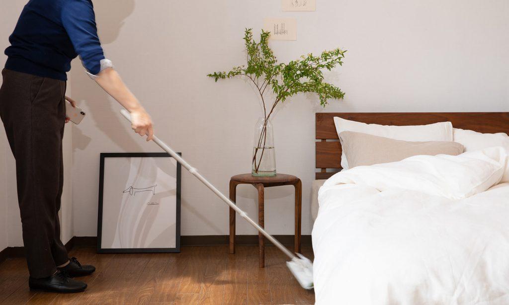 柄の長いフロアモップなどを使用し、ベッド下のホコリを取る