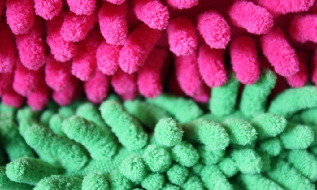 静電気が発生しやすくホコリをしっかりと吸着しやすい拭き掃除用のマイクロファイバークロス
