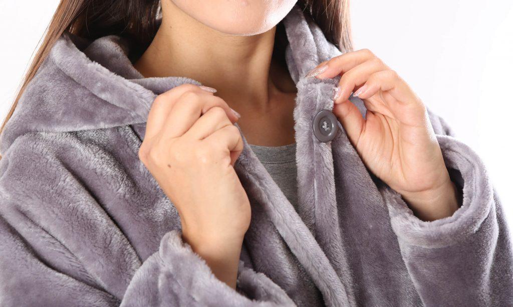 シャツや上着のように、左右の身頃をボタンで留めるタイプの着る毛布。
