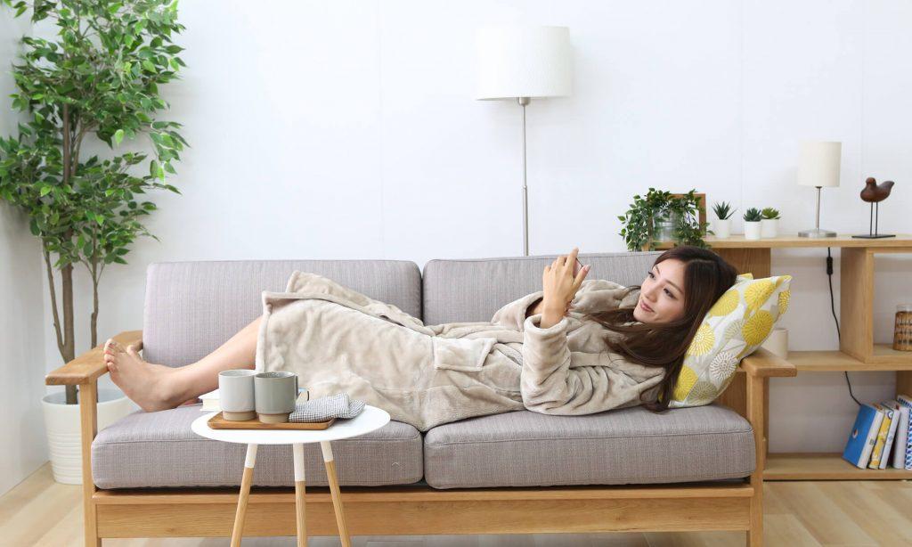 着る毛布とは、毛布に使われる暖かくて触り心地のよい素材を羽織ったり被ったりできるように仕立てた部屋着のこと。