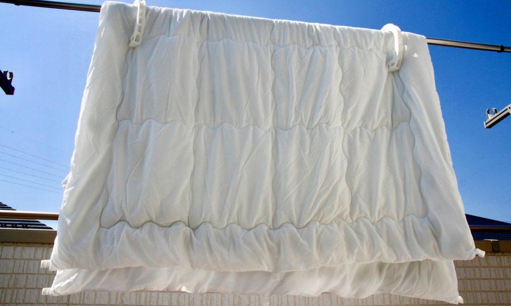 かゆみ対策として、布団を天日干しすることがダニの死滅に有効です。