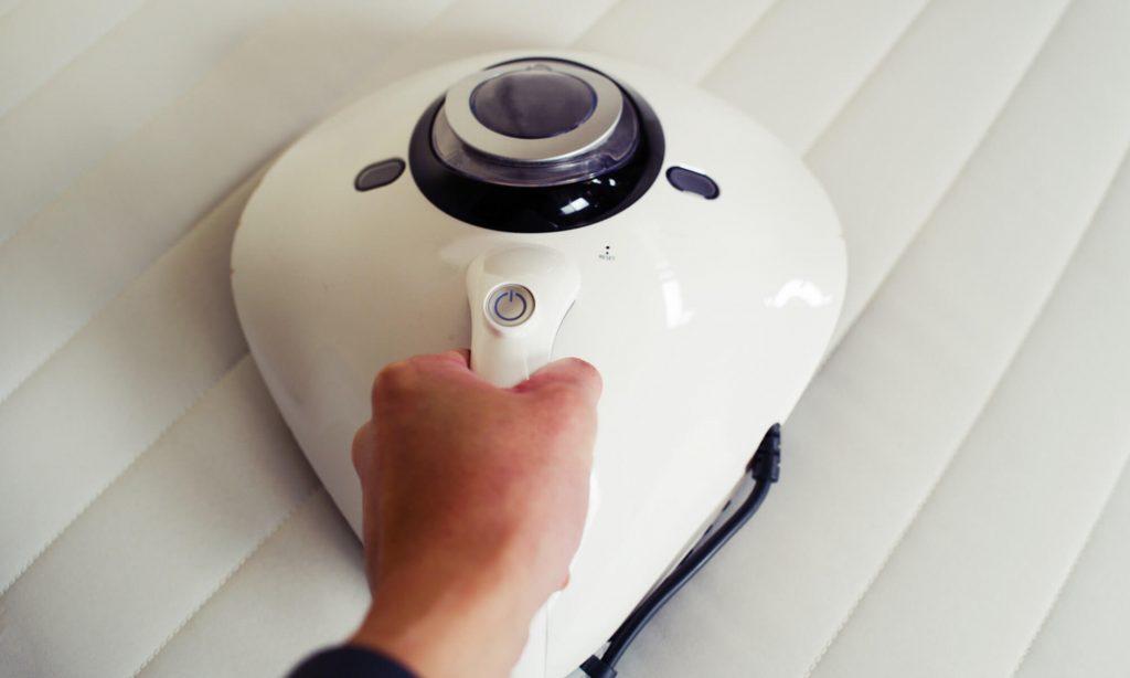月に1回はシーツを取り外しマットレスの表面に掃除機をかける