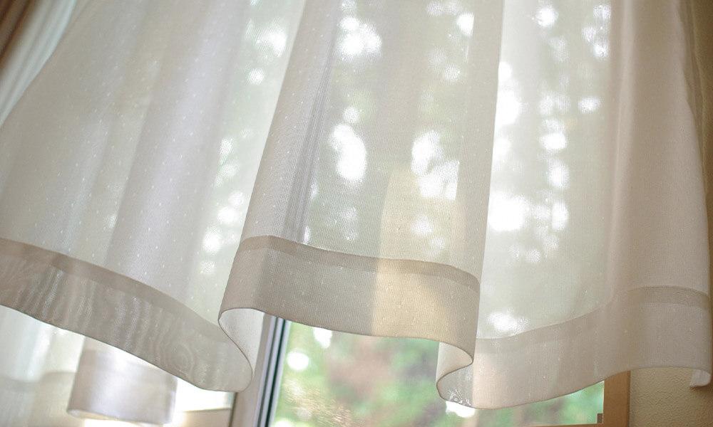 晴れた日は窓を開けて室内の空気を入れ替えると除湿効果が高まる