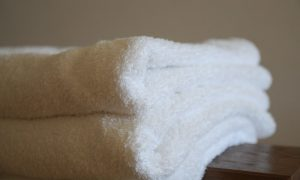 マットレスが柔らかく、体が深く沈み込んでしまう場合は、特に沈み込みが気になる箇所にタオルを入れることで応急処置が可能です。