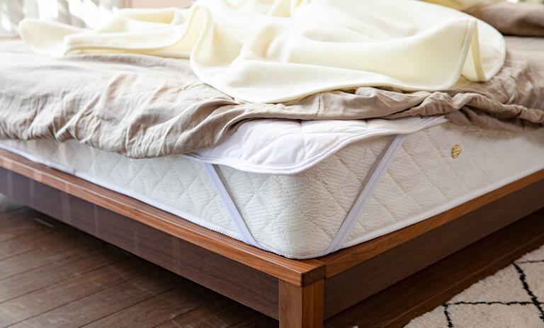マットレスの上に敷く寝具は好みの寝心地や寝姿勢にあわせて使用するアイテムを選びましょう。